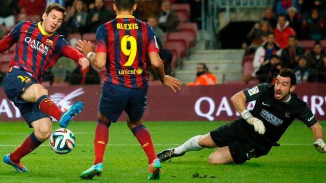 Pemain Barcelona, Lionel Messi (kiri) saat hadapi Real Sociedad