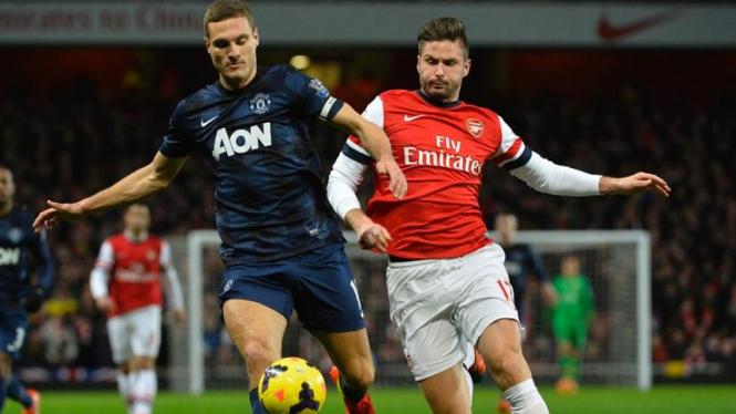 Duel antara Nemanja Vidic dan Olivier Giroud.