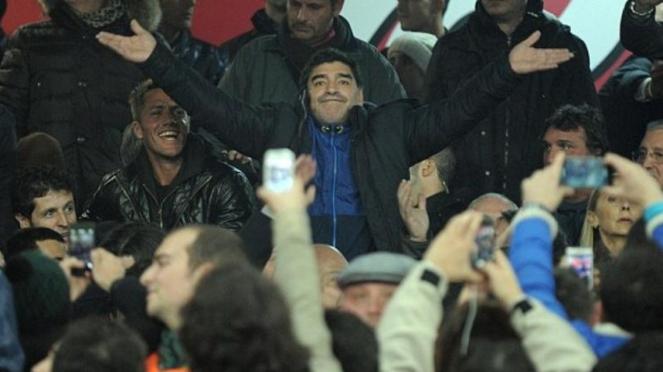 Diego Maradona (tengah/berdiri) di stadion San Paolo