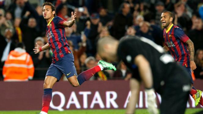 Neymar dan Dani Alves merayakan gol