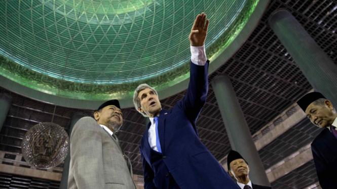 John Kerry mengunjungi Masjid Istiqlal