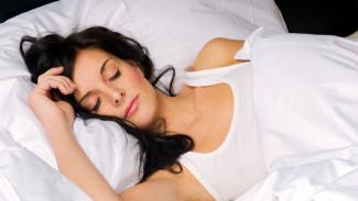 Ini Bahaya Tidur Tidak Pakai Sprei