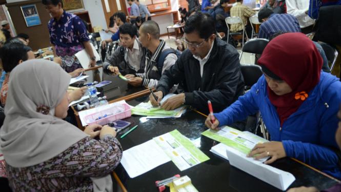 Sejumlah wajib pajak melakukan pelaporan Surat Pemberitahuan Pajak (SPT) Tahunan
