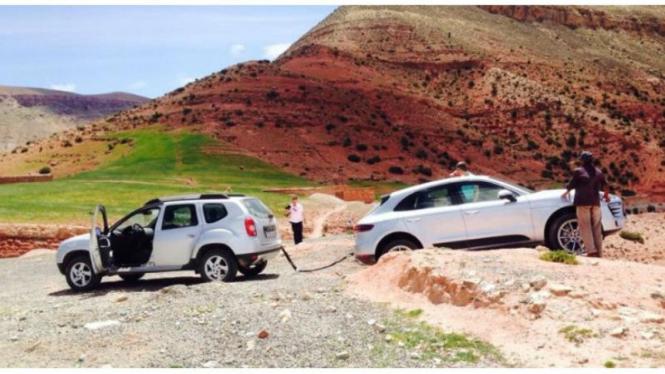 Renault Dacia Duster mengevakuasi Porsche Macan