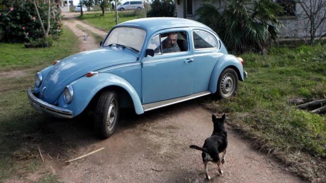 Jose Mujica bersama mobil kesayangannya.