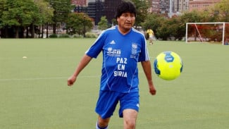 Mantan Presiden Bolivia, Evo Morales, saat bermain sepakbola.