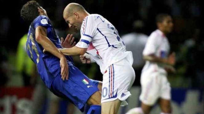 Zinedine Zidane menanduk Marco Materazzi di final Piala Dunia 2006, saat Prancis melawan Italia.
