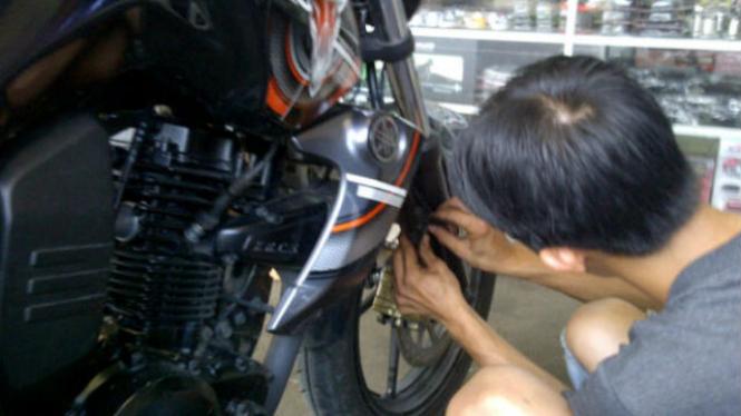 Mengganti kampas rem motor.