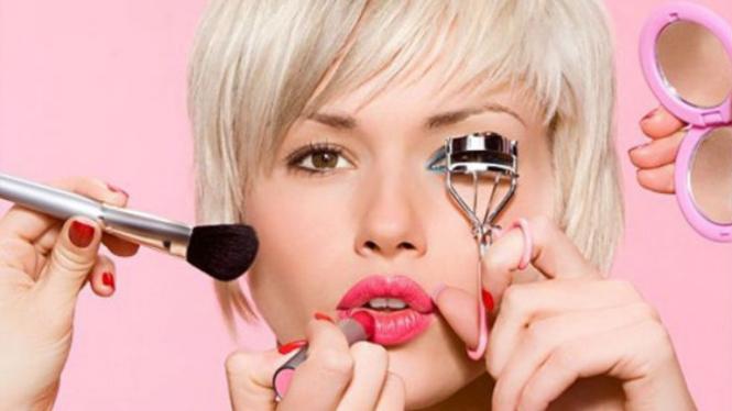 Wanita memakai make up