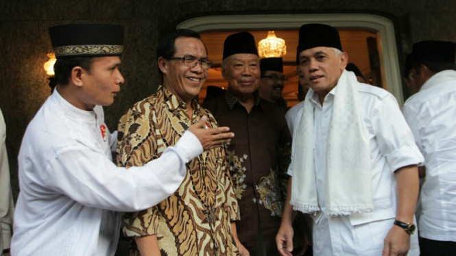 Hatta Rajasa Sambangi Kediaman Probosutedjo (tengah).