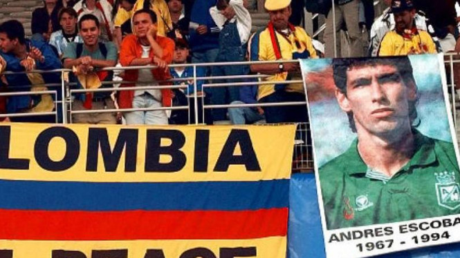 Suporter Kolombia membawa poster Andres Escobar