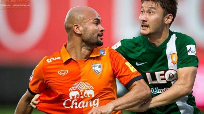 Sergio Van Dijk (kiri) saat memperkuat Suphanburi FC