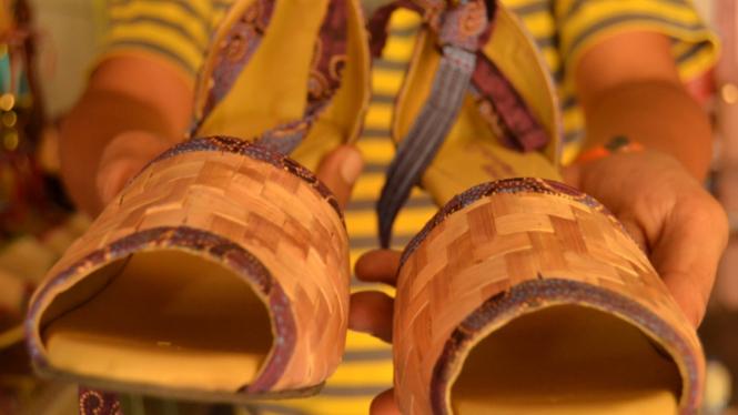 Sepatu pelepah pisang