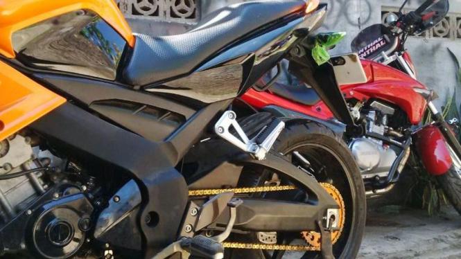 Ilustrasi sepeda motor.