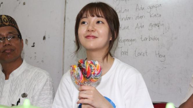 Baek Jin Hee, Artis Asal Korea Selatan Berkunjung ke Sekolah Dasar di Jakarta.