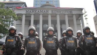 https://thumb.viva.co.id/media/frontend/thumbs3/2014/08/21/264982_pengamanan-jelang-putusan-mahkamah-konstitusi_325_183.jpg
