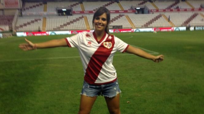 Wanita seksi kenakan jersey klub Rayo Vallecano.