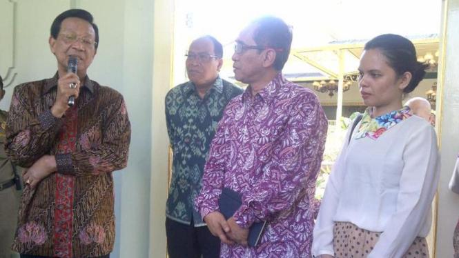 Gubernur DI Yogyakarta Sri Sultan Hamengkubuwono X bersama Florence Sihombing