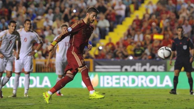 Bek Timnas Spanyol, Sergio Ramos mencetak gol penalti ke gawang Macedonia