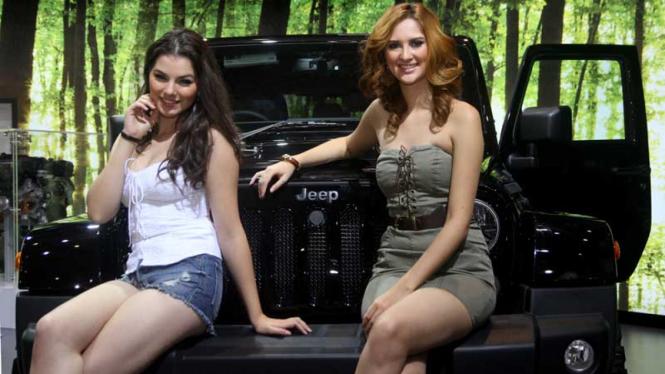Model Asing Meriahkan Peluncuran Jeep Wrangler Sahara HEMI di IIMS 2014