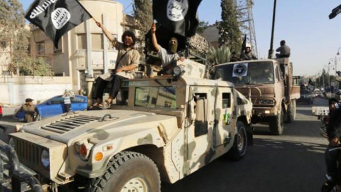 Parade militan ISIS di Raqqa, Suriah.