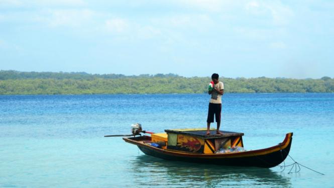 Warga Suku Enggano sedang beristirahat di perahu