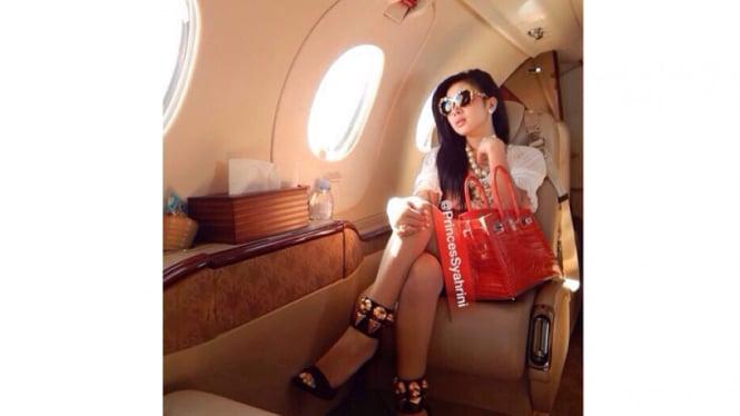 Syahrini di dalam pesawat pribadi