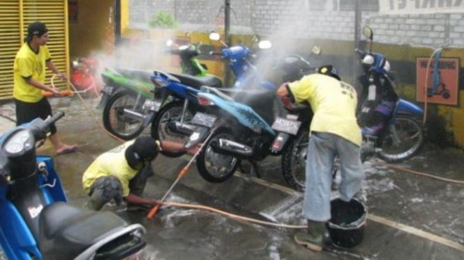 Cuci motor. Ilustrasi.