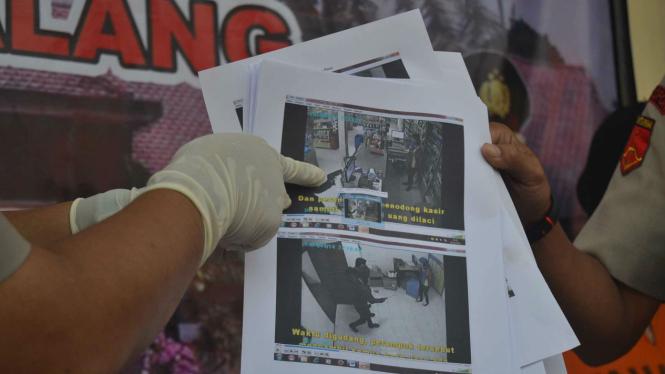 Rekamanan CCTV perampokan minimarket