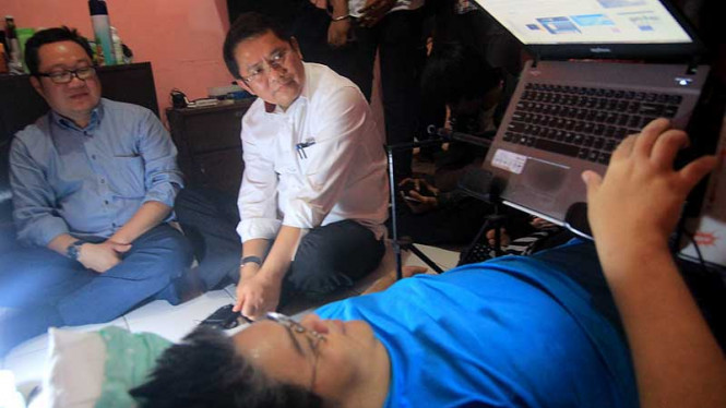 Menkominfo Rudiantara Kunjungi Samuel Franklyn, Pakar IT yang Lumpuh