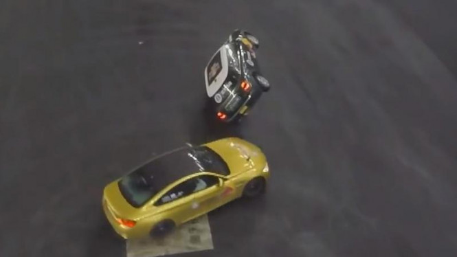 BMW M4 drifting mengelilingi Mini Cooper