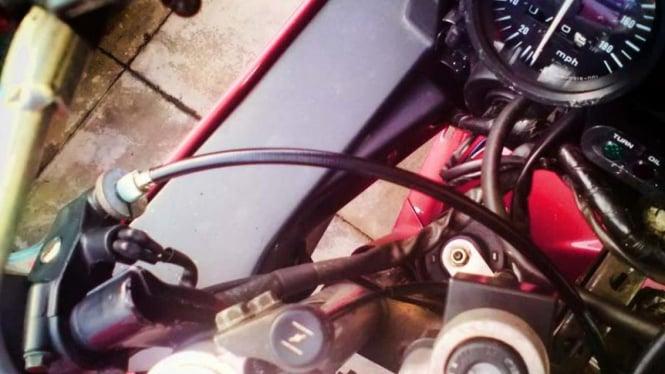 Ilustrasi kabel gas dan kopling di sepeda motor