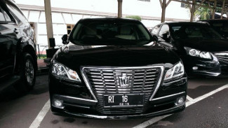 Mobil dinas Toyota Crown Royal Salon