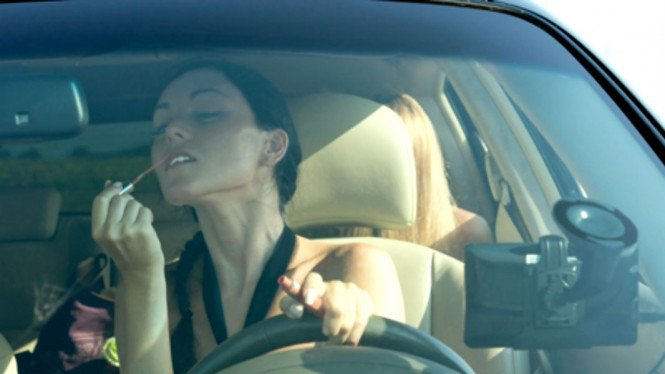 Ilustrasi menyetir sambil dandan
