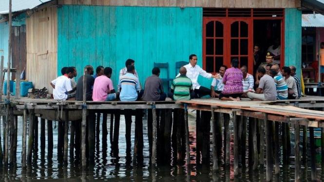 Presiden Joko Widodo Jokowi saat berada di perkampungan nelayan Sorong Papua Barat