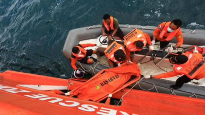 Ilustrasi/Tim Badan SAR Nasional melakukan proses evakuasi terhadap korban tenggelam di laut