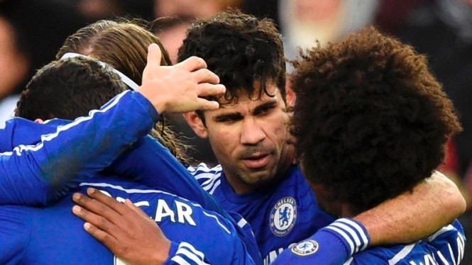 Pemain Chelsea, Diego Costa, dikerumuni rekan-rekannya