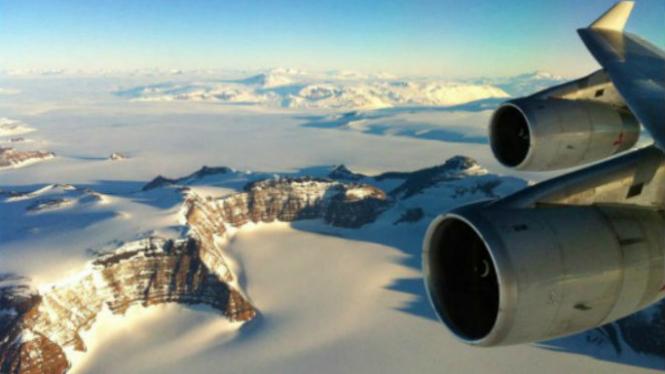 Berkeliling Benua Antartika dengan pesawat.