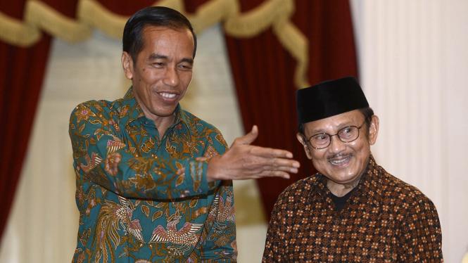 Presiden Jokowi saat bertemu BJ Habibie beberapa waktu silam.