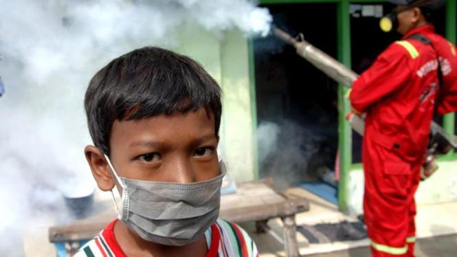 Petugas saat melakukan pengasapan (fogging) di Surabaya, Jatim untuk cegah DBD