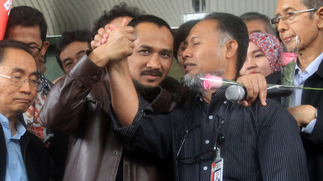 Mantan Wakil Ketua KPK Bambang Widjojanto ditemani mantan Ketua KPK Abraham Samad