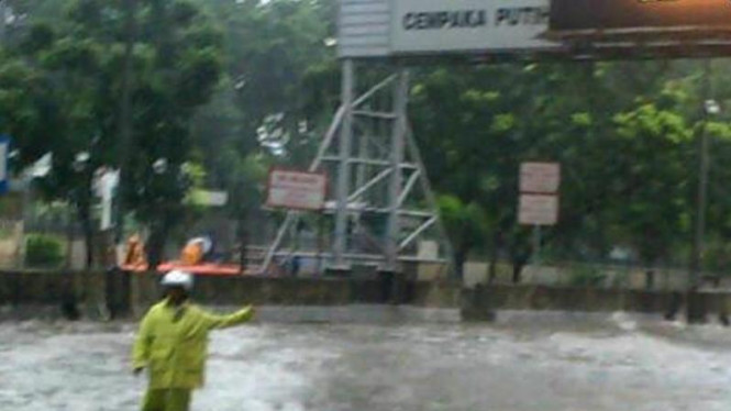 Banjir di Fly Over Cempaka Putih