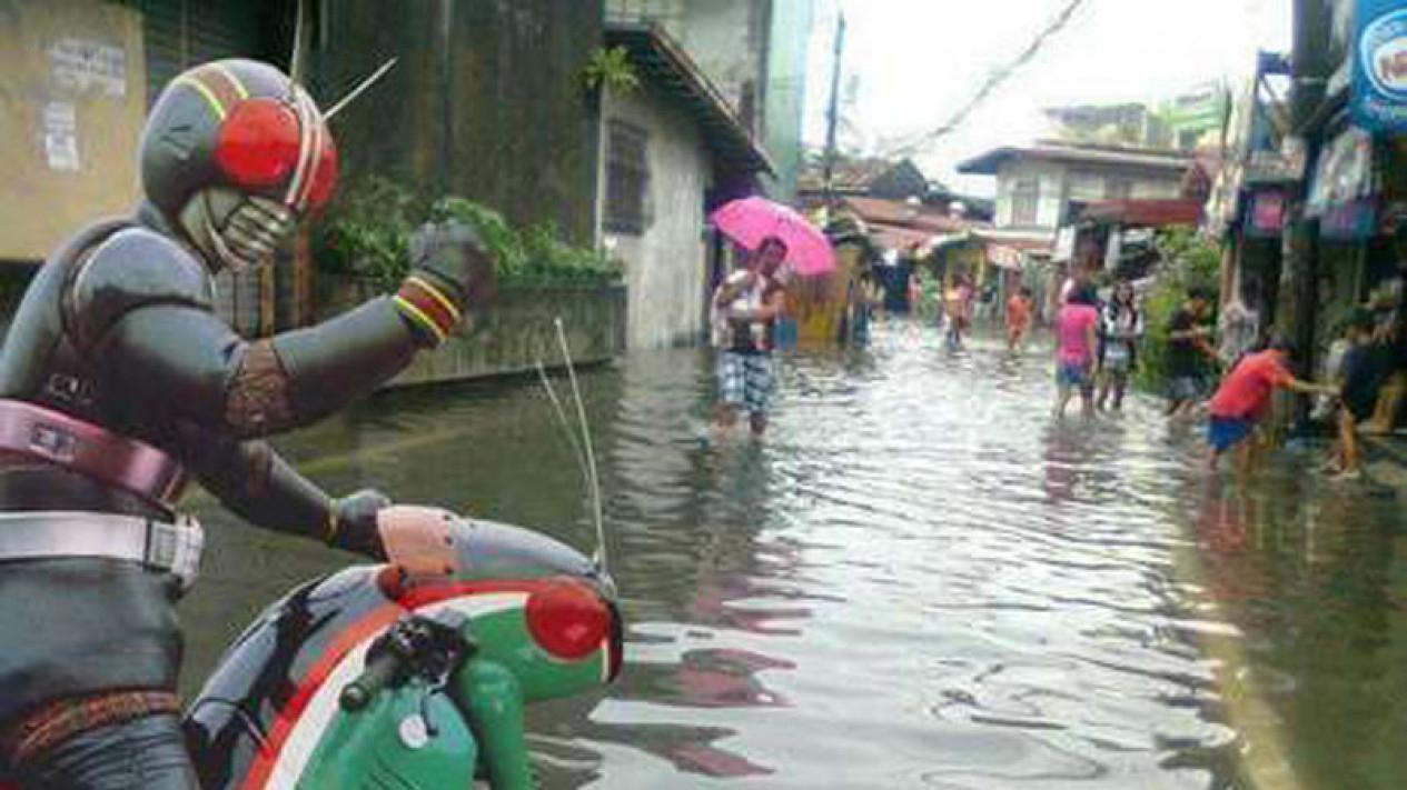 Meme Lucu Banjir Jakarta Meme Super Hero Ksatria Baja Hitam Yang Berada Disebuah Jalan Yang Terkena Banjir