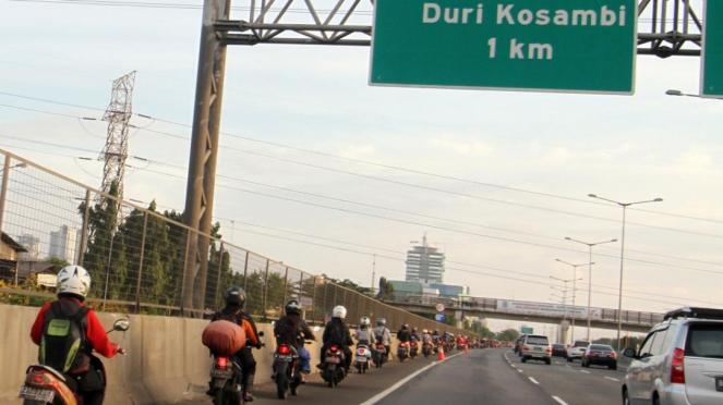 Sepeda motor masuk jalan tol di Jakarta selama banjir 10 Februari 2015