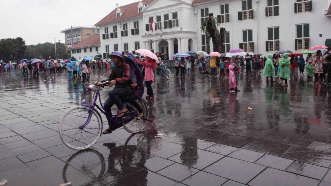 Libur Imlek, Kota Tua Tetap Ramai Wisatawan Meski Diguyur Hujan