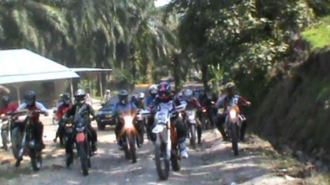 Polisi Langkat Patroli Kebun Sawit dengan Motor Trail