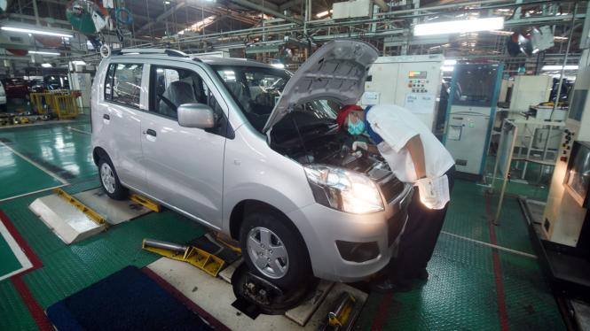 Seorang pekerja memeriksa mesin mobil sebelum dipasarkan di sebuah pabrik mobil di Bekasi, Jawa Barat, beberapa waktu lalu.