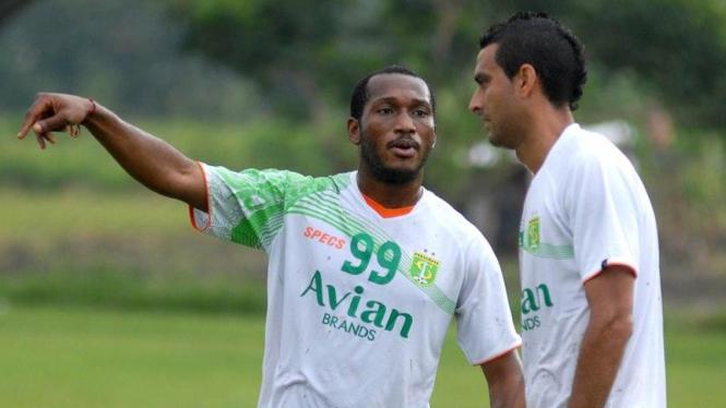 Pemain Bhayangkara FC,  Otavio Dutra (kanan).