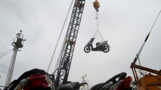 Ilustrasi ekspor sepeda motor.