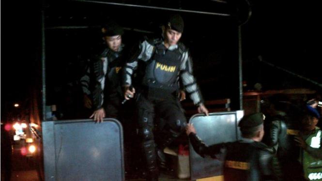 Petugas polisi saat tiba di LP Kerobokan untuk menjemput duo Bali Nine, 4/3